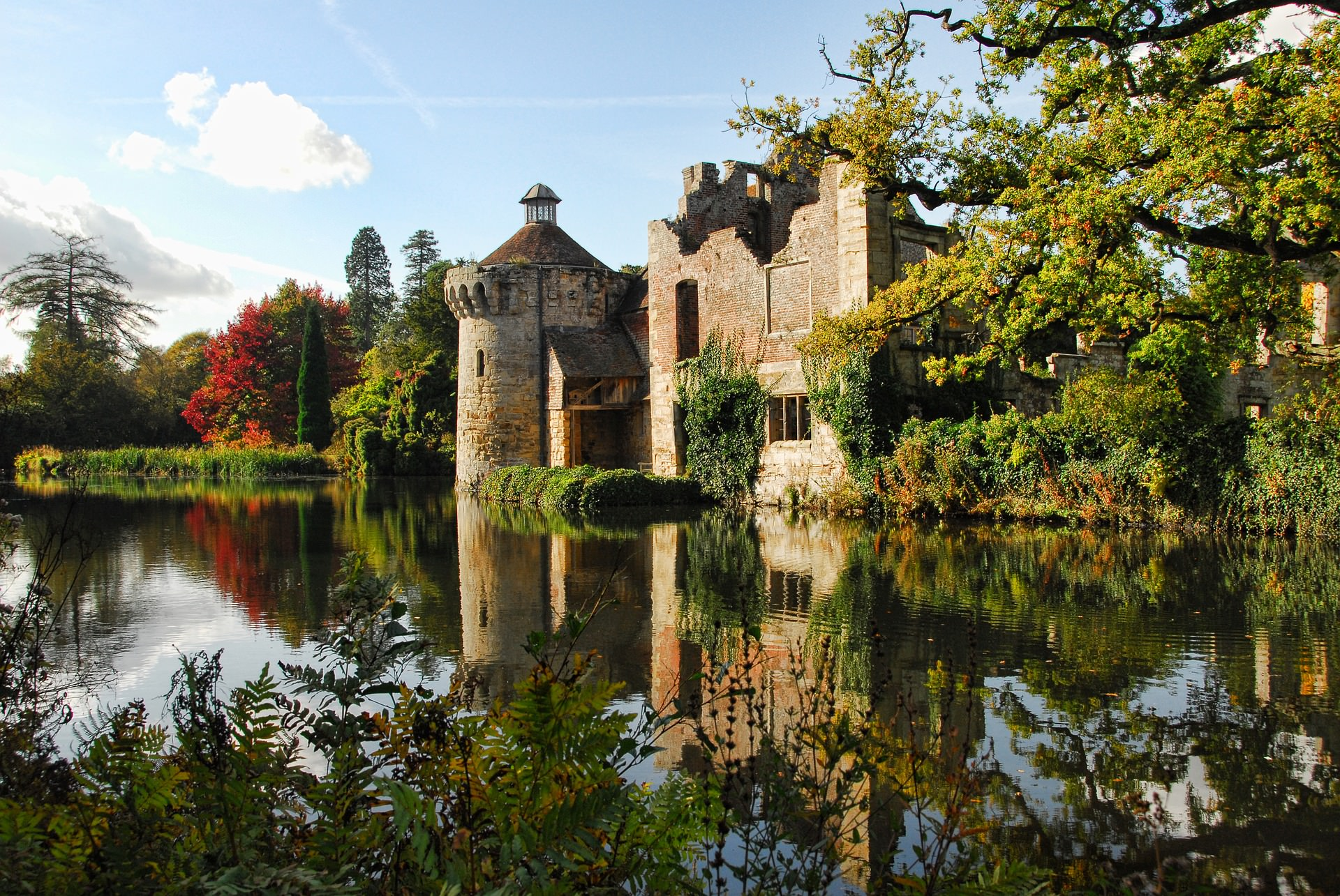 An image of Scotney castle in Kent by the waterside.